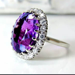 Anillo de diamante violeta